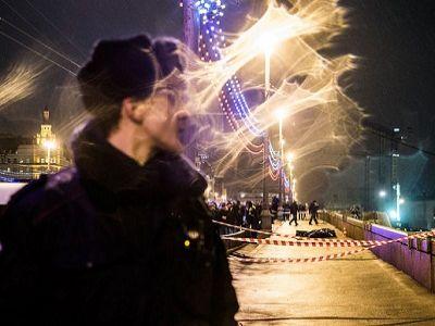 Место гибели Бориса Немцова, полиция, ночь с27 на 28.2.15. Фото Е.Фельдмана, http://www.novayagazeta.ru/