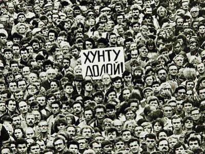 Митинг на Дворцовой, 20.8.91, СПб. Источник - ru.rfi.fr