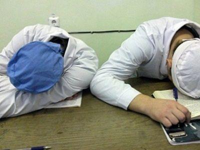 Спящий персонал больницы. Источник - sanvuz.ru