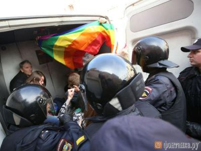 ВПетербурге ЛГБТ-активистов задержали заакцию с девизом «Кадырова вГаагу»