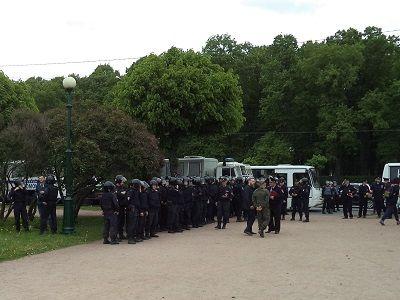 Милиция  вПетербурге пустила вкамеры кзадержанным газ