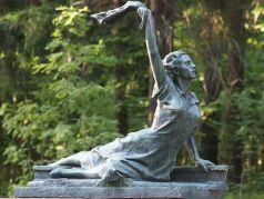 Памятник Раймонде Дьен, СПб., Зеленогорск. Источник - kudago.com
