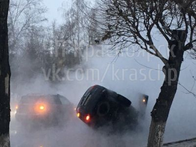 ВКрасноярске машина провалилась вяму скипятком