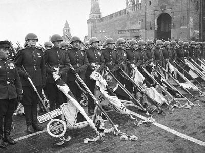 Навальный призвал публиковать запрещенное фото с парада Победы 1945 года (Видео)