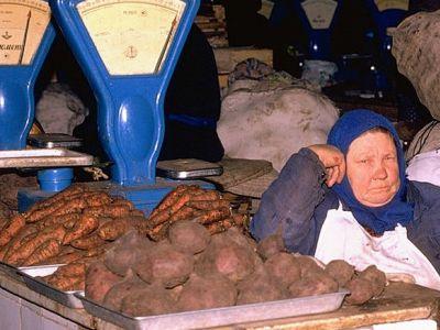 Колхозный рынок в СССР, овощной отдел. Публикуется в maxim-nm.livejournal.com, источник www.gettyimages.ae