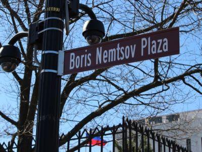 """Указатель """"площадь Немцова"""" в Вашингтоне. Фото: sakralnaya-azhertva.blogspot.ru"""