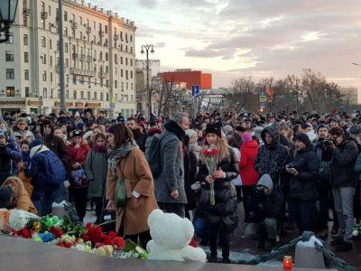 НаПушкинской площади в российской столице прошел стихийный траурный митинг