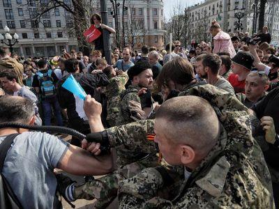 """Москва, 5 мая, нападение бандитов (т.н. """"казаков"""") на демонстрантов. Фото: novayagazeta.ru"""