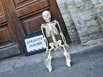Скелет у приемной Дмитрия Медведева, Санкт-Петербург, 18.7.18. Фото: www.fontanka.ru