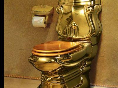 Золотой унитаз. Фото: svopi.ru