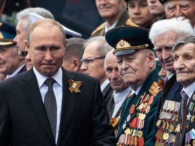 Владимир Путин во время парада в честь годовщины Победы. Фото: Евгений Разумный / Ведомости