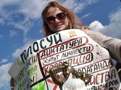 Выполнившей все указания полиции журналистке дали штраф за акцию в поддержку Навального